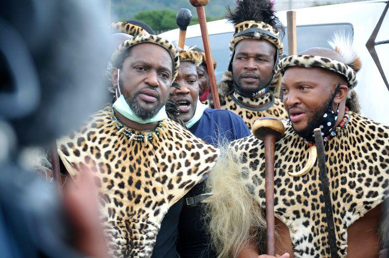 Prins Misuzulu Zulu, links, tijdens een ceremonie in het KwaKhangelamankengane-paleis in Kwazulu Natal.  Beeld AP