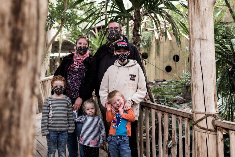 Sandrine en haar gezin. Echt 'all-inclusive' bleek het weekend helaas niet. Beeld Tine Schoemaker