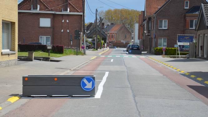 Nieuwe geschrankte parkeerplaatsen met (lege) bloembakken zorgen voor heel wat kritiek en hilariteit