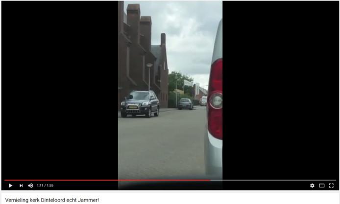 Screenshot van het filmpje waarin de jongens de ruiten van de kerk vernielen.