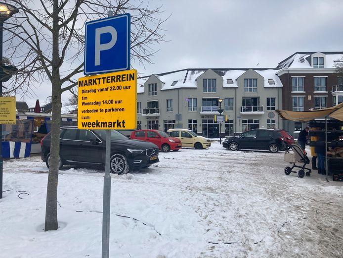 Auto's op het marktplein in Millingen. Verkopers hebben hun kramen noodgedwongen naar omliggende autowegen verplaatst.