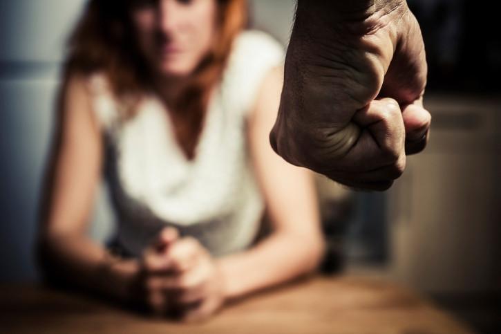 De rechtbank acht bewezen dat de Spijkenisser zijn vriendin meermaals mishandelde.