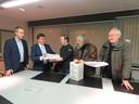 Schepen Tom Vandenkendelaere en burgemeester Kris Declercq namen in februari 160 bezwaren in ontvangst van actiecomité Leefbaar Schiervelde.