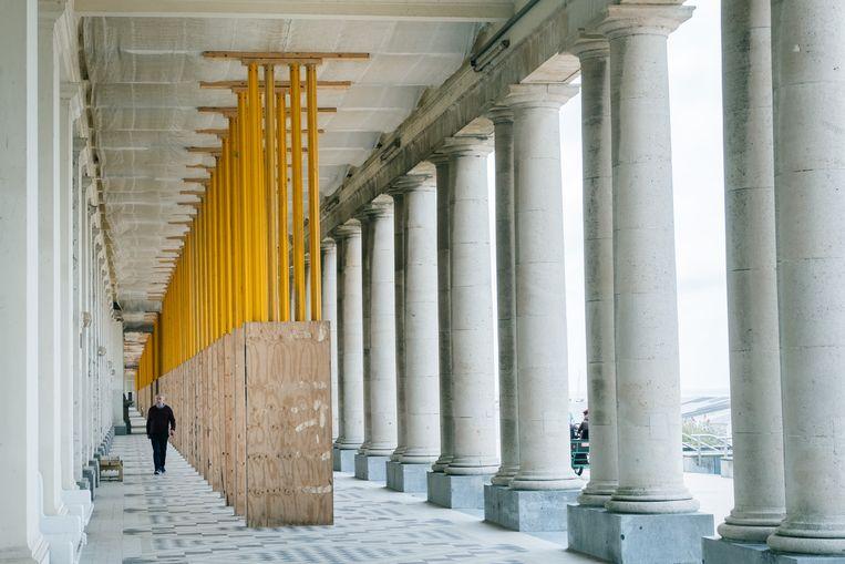 De bekende galerijen bij het hotel Thermae Palace moeten al geruime tijd gestut worden. Beeld Wouter Van Vooren