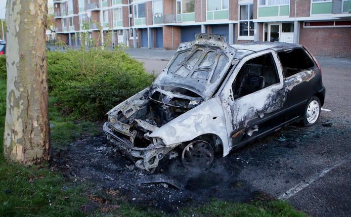 De auto brandde uit maar een bestelbus kon gered worden.