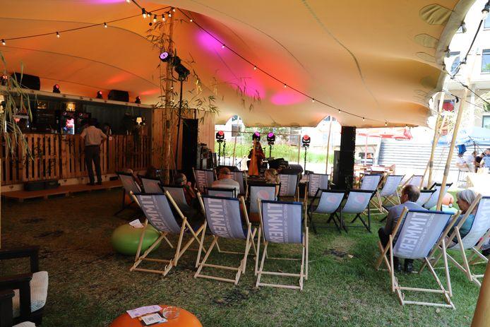De geplande optredens in de Amuzo zomertuin verlopen altijd in een intieme en gezellige sfeer.