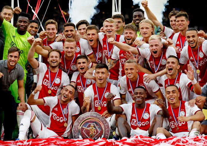 De spelers van Ajax na de winst van de Johan Cruijff Schaal.