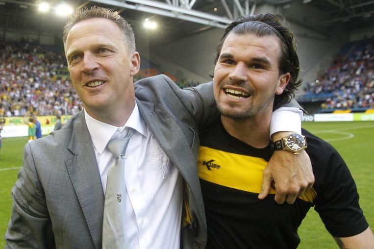John van den Breom met Vitesse-doelman Piet Velthuzien na het behalen van Europees voetbal. Beeld PRO SHOTS