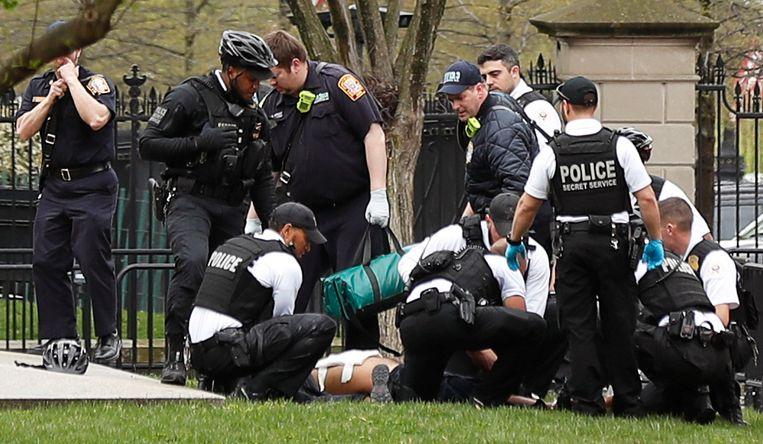 Politie en reddingsmedewerkers bij een man die zijn eigen jas in brand stak voor het Witte Huis.