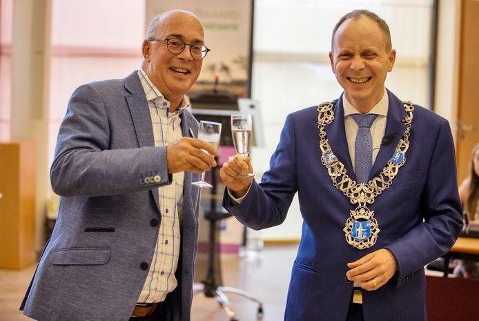 In het gemeentehuis van Valkenswaard wordt Frank Maas door de burgemeester tot ereburger benoemd, onder andere vanwege zijn verdiensten voor het bloemencorso.