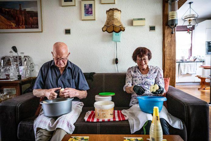 Samen appels schillen, het is in de zomer een dagelijks ritueel voor het stel.