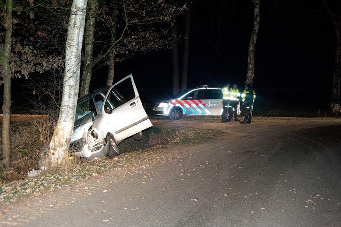 De auto tegen de boom. Foto: News United / Leo van 't Hul