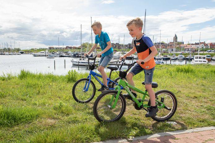 Ties (blauwe shirt) en Nout van Dijk willen graag een pumptrackbaan in Tholen willen hebben zodat ze er met hun bmx-fietsen terecht kunnen.