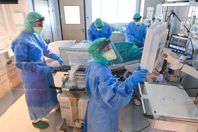 Medische staf verzorgt een Covid-19-patiënt in Luik. Foto ter illustratie.