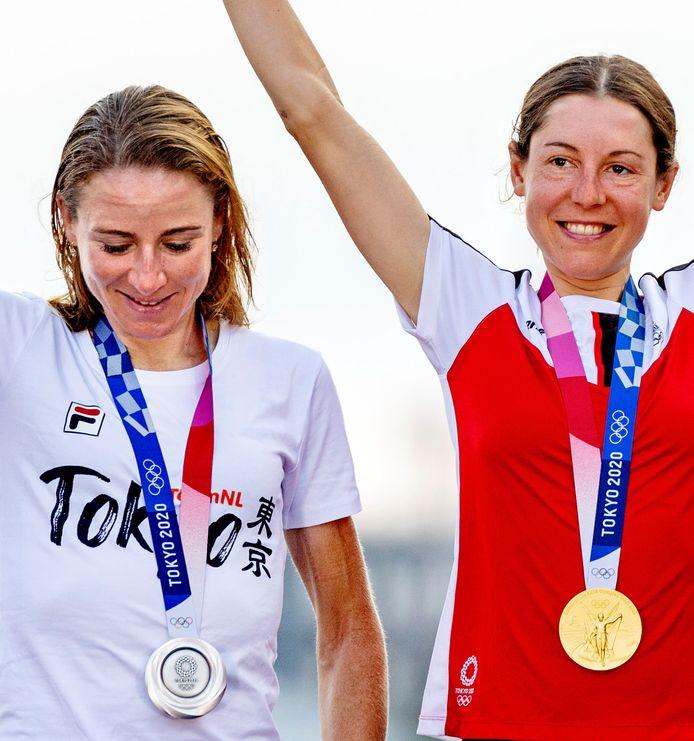 Olympische Spelen Tokyo 2020 Annemiek van Vleuten lacht minzaam met de zilveren medaille terwijl Kiesenhofer het goud vasthoudt. FOTO; Pim Ras