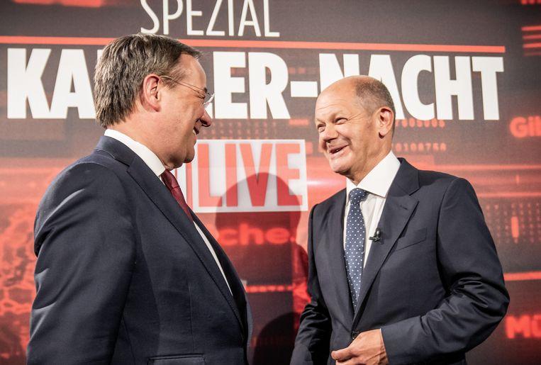 De socialist Olaf Scholz (r.) groet Armin Laschet voor een tv-debat. Beeld Michael Kappeler/dpa