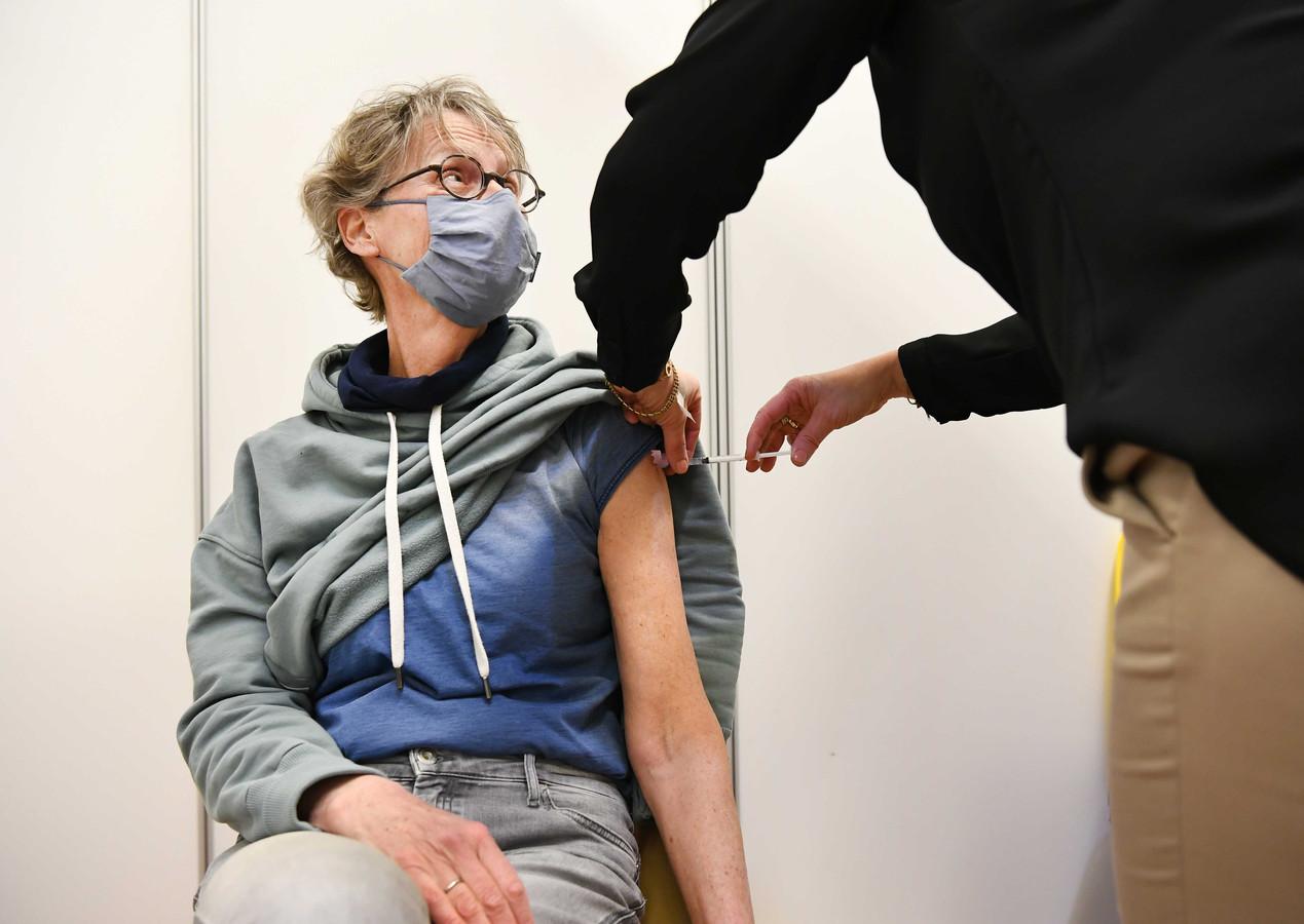 Een vrouw wordt gevaccineerd