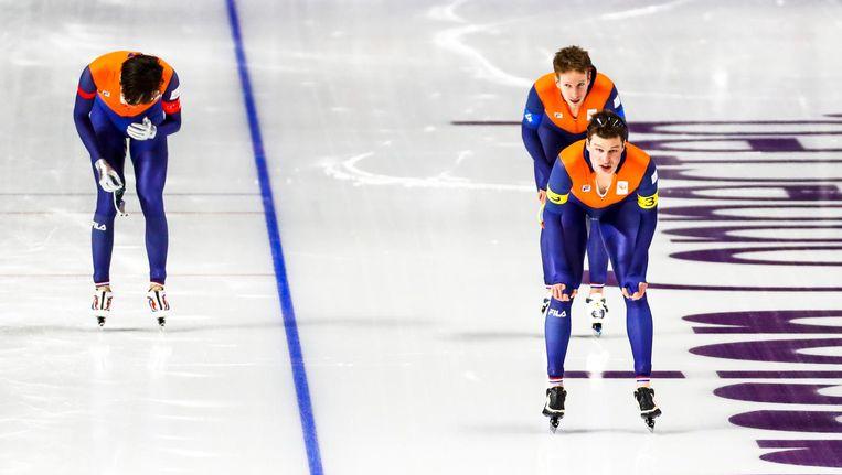 Patrick Roest, Jan Blokhuijsen en Sven Kramer na afloop van hun rit in de halve finale van de ploegenachtervolging. Beeld ANP
