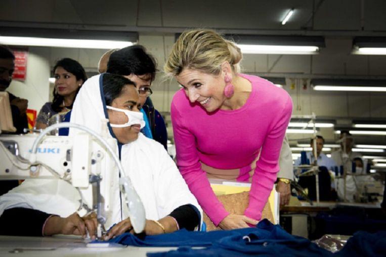In Bangladesh spreekt koningin Máxima als VN-pleitbezorger met werknemers over financiële diensten Beeld ANP