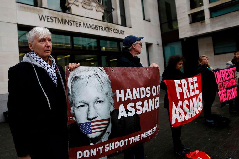 Demonstranten pleiten tegen uitlevering van Assange bij de rechtbank in Londen. Beeld AFP