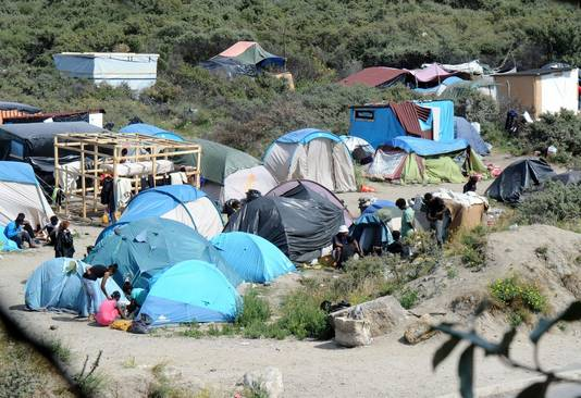 De tentjes en provisorische huisjes in de duinen bij Calais.
