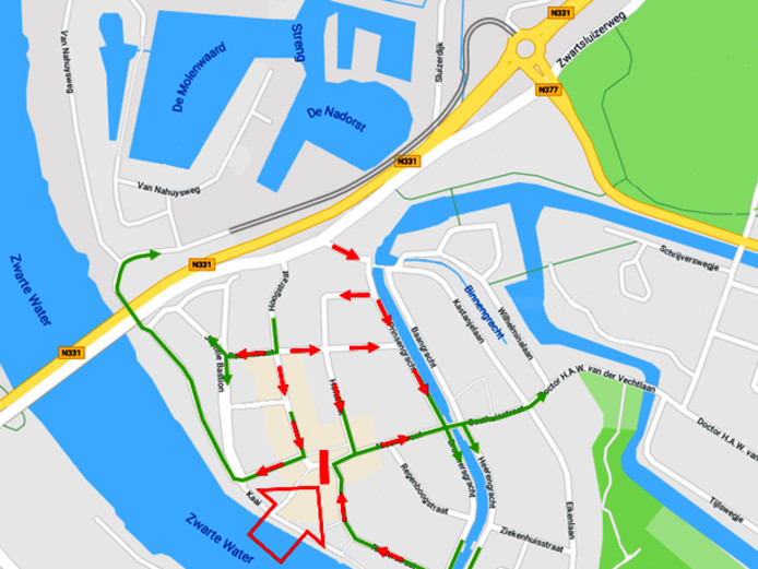 Variant 3, gedeeltelijk eensrichtingsverkeer Hoogstraat, afsluiting Markt (grote rode pijl) en extra ontsluitingen via de Raamstraat en nieuwe parallelweg.