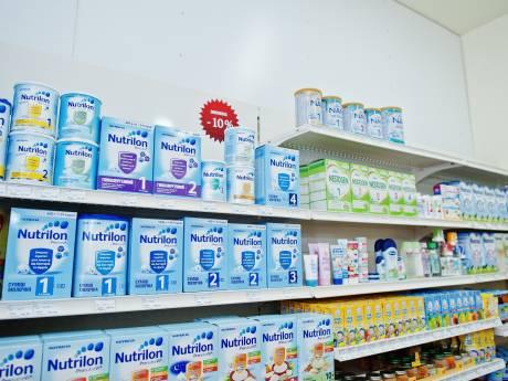 Verbijstering over dure flesvoeding van A-merken: 'Moet je nagaan hoe ze ons belazeren'