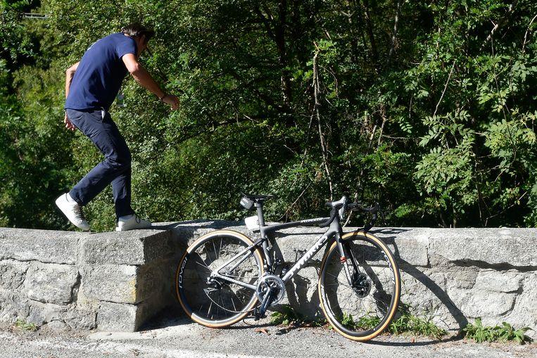 De fiets bleef staan tegen het muurtje in de Ronde van Lombardije afgelopen najaar - Evenepoel zelf katapulteerde daar overheen.  Beeld LAPRESSE