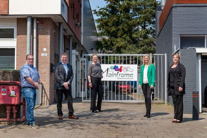 Het voltallige bestuur van de stichting Jong met de wethouder in het midden. Vlnr: René Knuvers, Ad Mallens, Tess van de Wiel, Veronique Holtmaat en Jorien de Rooij.