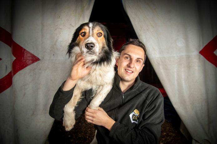 Julien Horwood, die jarenlang snoep verkocht in het Wintercircus Apeldoorn treedt dit jaar op met honden.