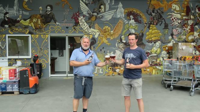 """Steven vereeuwigt 70 biermerken op imposante mural bij Dranken Jo: """"Elk biertje dat ik schilderde, moest eerst geproefd en goedgekeurd worden"""""""