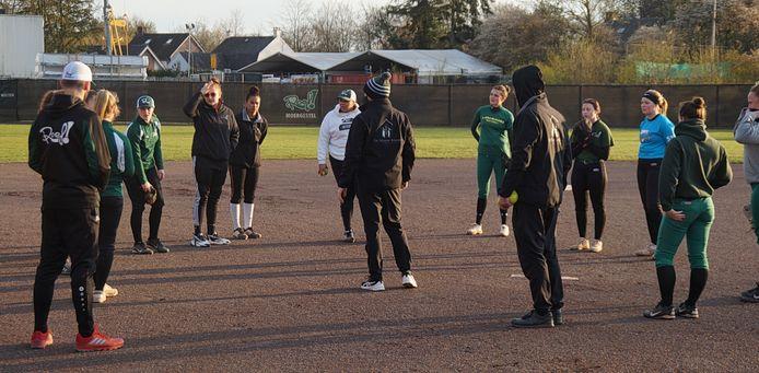 Regerend landskampioen Roef! uit Moergestel traint voor het softbalseizoen 2021.