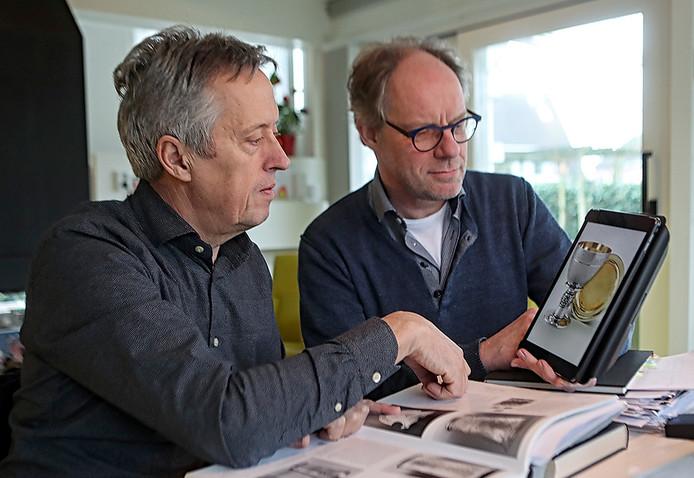 Werkoverleg van de auteurs Cees Vanwesenbeeck (links) en Jean-Pierre van Rijen over het boek in Bergen op Zoom. Foto Chris van Klinken