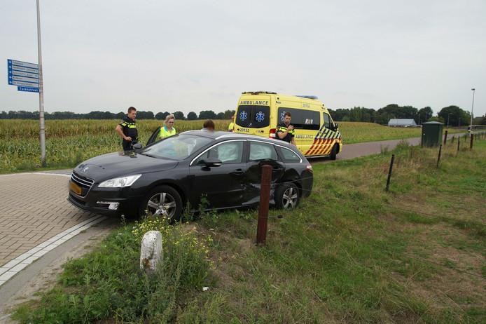 Een taxibusje botste op een personenauto in Drunen.