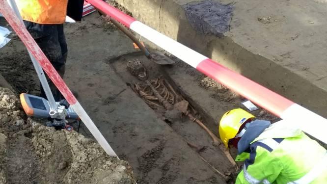 Eeuwenoud skelet legt heraanleg Ros Beiaardstraat even lam: Onroerend Erfgoed vraagt bijkomend archeologisch onderzoek