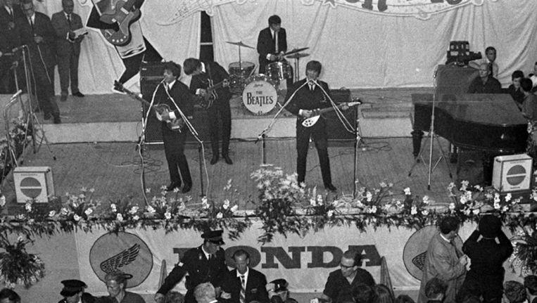 The Beatles in 1964 op het podium in Blokker. Beeld ANP