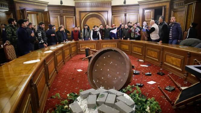 Woedende Armeniërs bestormen regeringsgebouw na vredesdeal