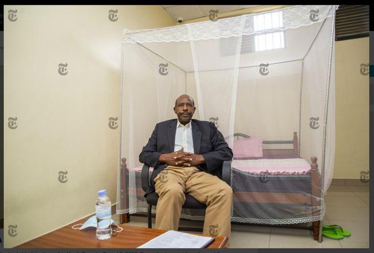Paul Rusesabagina in een cel in Kigali.  Zijn dochter Carine: 'Voor mijn mama is dit het zwaarst.Ze weent elke avond.' Beeld RV
