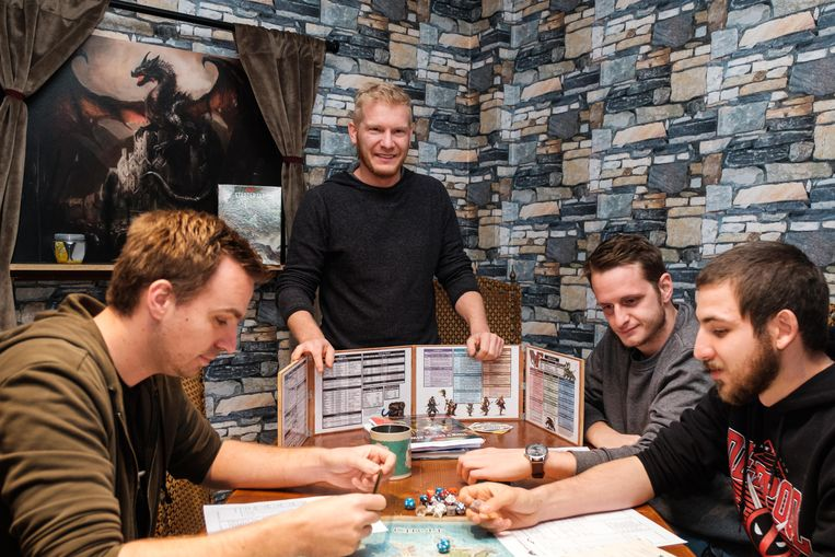 Kevin Pieters kijkt toe hoe enkele spelers zich verdiepen in Dungeons & Dragons.
