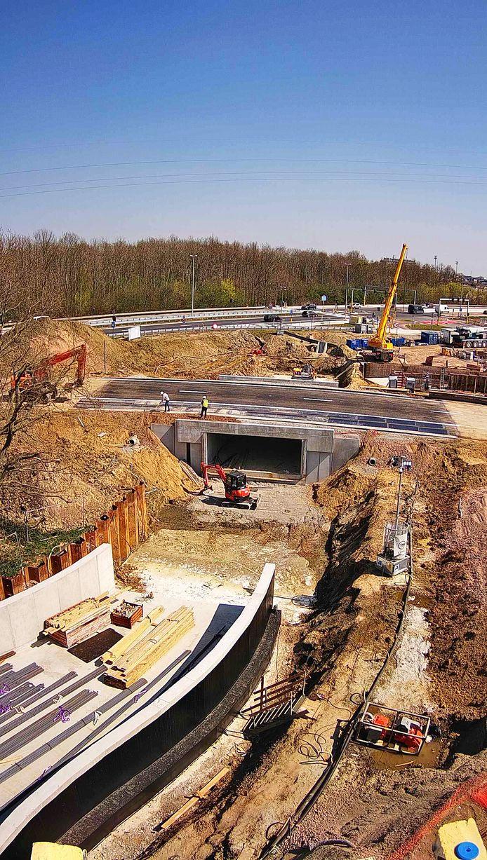 Foto van de werfcamera gemaakt om 14.05 uur. Arbeiders leggen de laatste hand aan het wegdek boven de nieuwe fietstunnel.