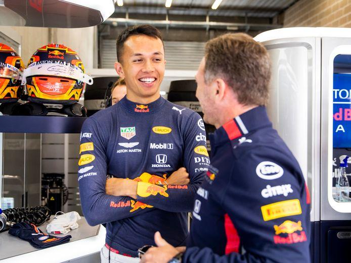 Alexander Albon in gesprek met teambaas Christian Horner.