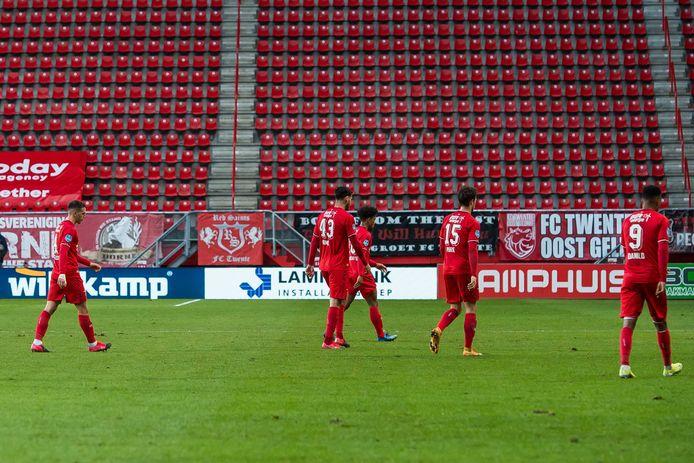 Spelers van Twente druipen af.
