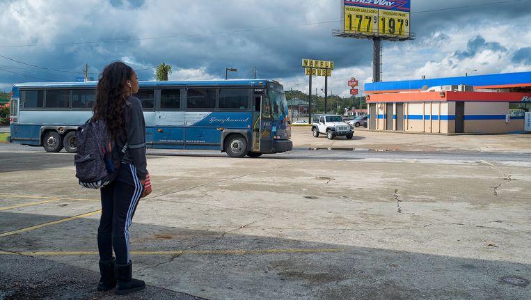 Tussenstop van de Greyhound in Birmingham, Alabama. Een reizigster staat te wachten om op te stappen. Beeld Inge Hondebrink