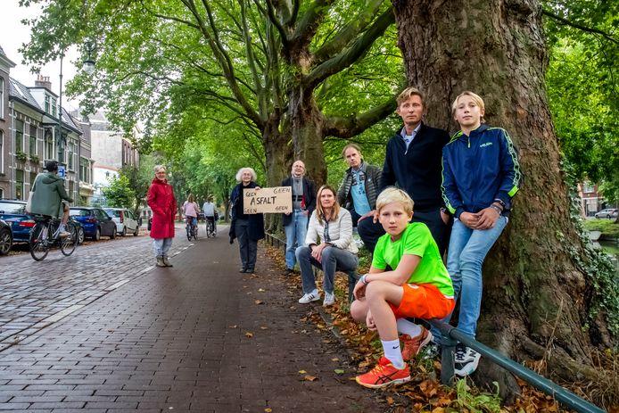 Buurtbewoners van de Weerdsingel Oostzijde protesteren tegen het plan om een fietssnelweg aan te leggen.