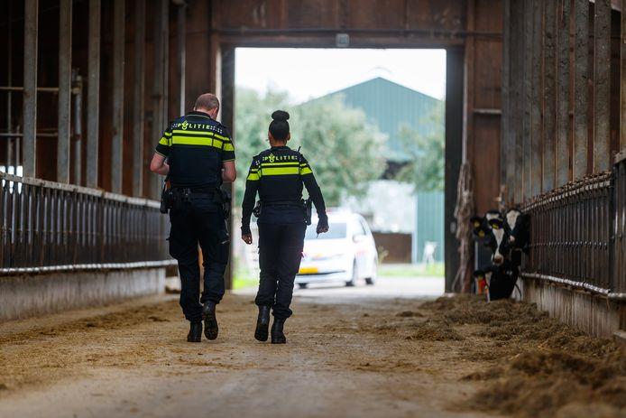 Etten-Leur - Wijkagent op pad in buitengebied, om agrariërs te bezoeken en ze te informeren over en vragen naar signalen van drugscriminaliteit.