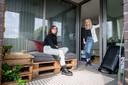 Nadine Spijker op haar balkon samen met begeleider Marlou Busscher op Vollenbroek.