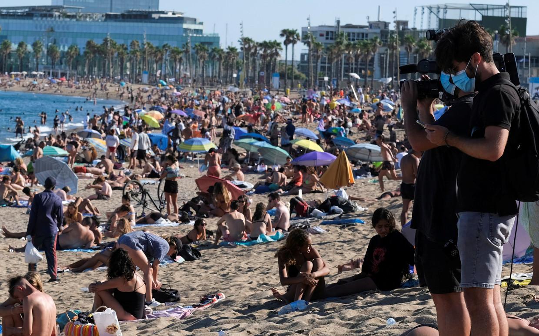 Barcelona, 19 juli: het strand ligt flink vol. Beeld Nacho Doce / Reuters