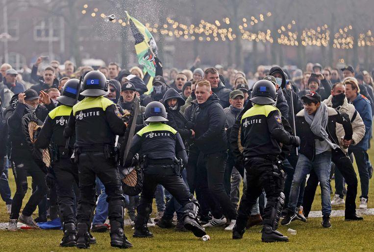 Demonstranten op het Museumplein tegenover de oproerpolitie. Beeld ANP