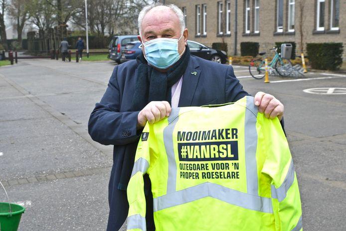 Schepen Marc vanwalleghem toont de opvallende jas met duidelijk opschrift.