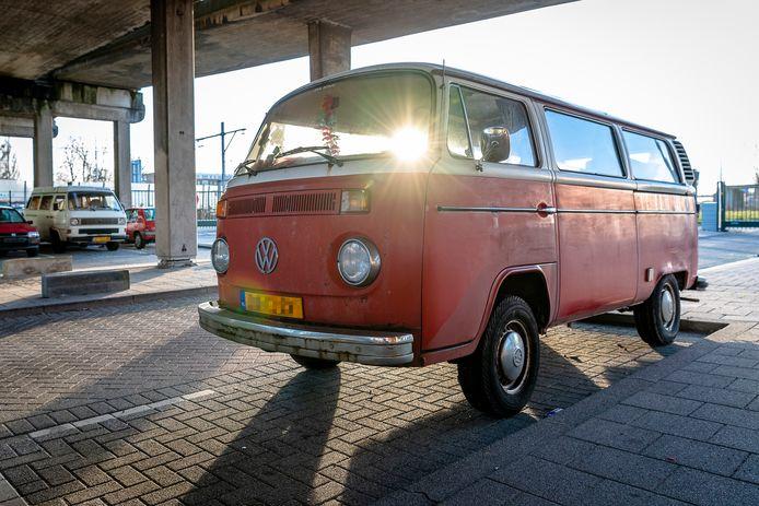 Veel Rotterdamse bezitters van oude auto's parkeren hun voertuig onder het Rozenlaanviaduct, want thuis kan hij niet voor de deur staan.